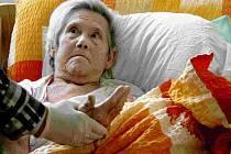 Nemocná žena upoutaná na lůžko se až po roce a čtvrt dočkala správné diagnózy a  ošetření.