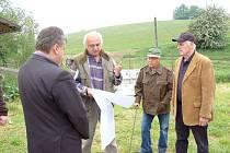 JOSEF PRAŠTIL nad projektem rybochovného zařízení, jehož stavba byla včera zahájena za účasti starosty a místostarosty Kdyně.