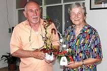 Pavel Jirsa obdržel při zahájení své výstavy netradiční květinovo–pochoutkovou dekoraci, jeho manželka, která mu doma vytváří skvělé prostředí pro tvůrčí činnost, pak tradiční kytici.