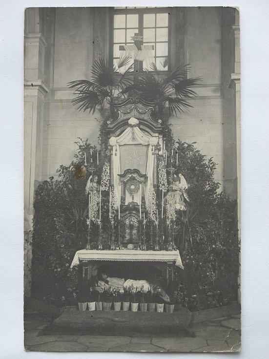 Historička Kristýna Pinkrová připravuje publikaci o historii Bělé nad Radbuzou a okolí. Na snímku je kostel v roce 1911, kde je hrob Ježíše Krista připravený na Velký pátek.