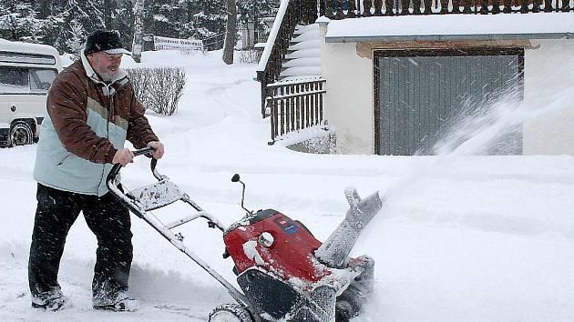 V Babylonu si při úklidu sněhu vypomáhají i ruční sněhovou frézou.