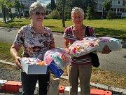 Heda Papežová a Alena Pitrová odvezly do FN v Plzni zásoby rukaviček, čepiček a ponožek pro nedonošená miminka, které napletly během roku kdyňské ženy.