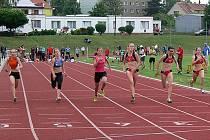ATLETICKÉ NADĚJE AC DOMAŽLICE. Na fotce třetí zleva Nikola Rubášová ve vítězném finále na 60 m mladších žákyň.