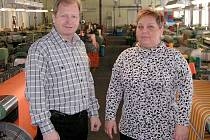 Postřekovská tkalcovna s kanafasem asijské konkurenci odolává. Na snímku jsou Zbyněk Strnad a Ivana Pechová.