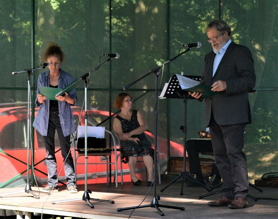 Herci Jana Kubátová a Josef Nechutný při recitaci.  Foto: archiv J. Stočese