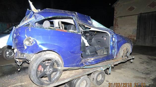 Velmi ošklivě vypadaly následky dopravní nehody, ke které došlo mezi obcemi Zámělič a Meclov, mj. zničený vůz Ford.
