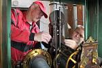 Věžní hodiny pro domažlickou radnici vyrobila v roce 1892 firma Ludvíka Hainze, od té doby se o jejich chod stále stará. Na snímku jsou mechanici Jaroslav Záveský (vlevo) a Petr Vítek.