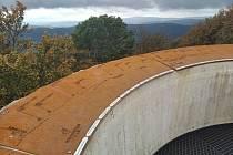 Jako na dlani. Z ochozu věže se vám nabídne krásný výhled na Český les. Jména těch, kteří přispěli do sbírky, jsou na kovovém opláštění, kde zbývá místo ještě pro další dárce.