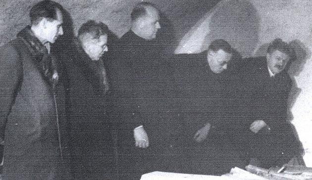 Účastníci otevření lamingenovy hrobky v roce 1945.