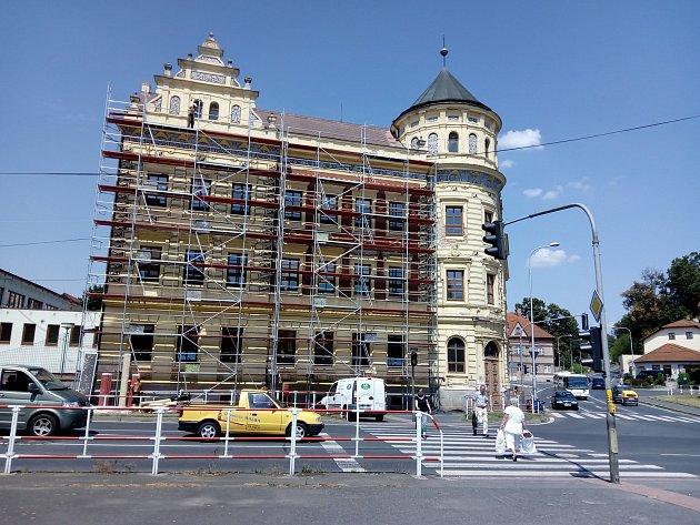 Začaly opravy na budově bývalé dívčí školy v Domažlicích.