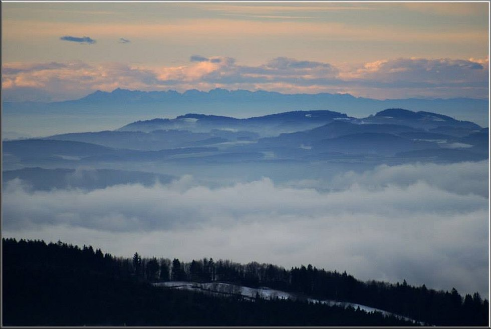 V pozadí pokračování rakouských Alp.