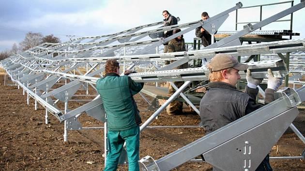 Takhle to vypadalo, když v prosinci minulého roku technici připravovali konstrukce pro solární panely u Holýšova. Krátce po umístění však panely padly do oka neznámému pachateli a dnes v prostorách fotovoltaické elektrárny stojí opět jen prázdné nosníky.