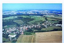 Letecký pohled na Stráž, v pozadí Domažlice.