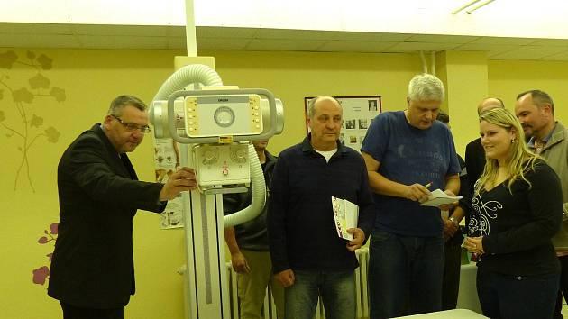 Ze dne otevřených dveří u nového rentgenu. V popředí zleva starosta Domažlic Miroslav Mach, dále chirurgové a společníci Josef Volák a Bohumil Černý a radiologická asistentka Jitka Prokopová.