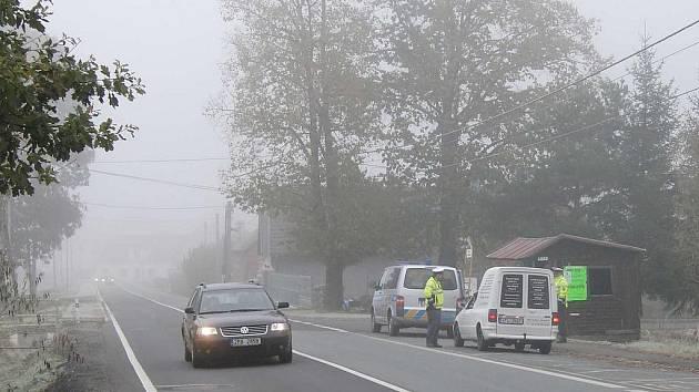 Z POLICEJNÍ KONTROLY. Policisté dohlíželi nad silničním provozem také včera, v sobotu 22. října. Snímek je z Havlovic.