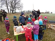Mířkovská mateřská školka připravovala stromek pro zvířátka.