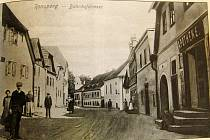 Foto z knihy. Takto to vypadalo v Poběžovicích, konkrétně v židovské (později Nádražní) ulici se synagogou.