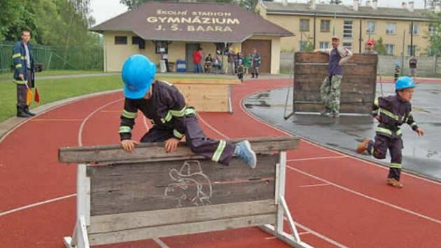 Nejmenší domažličtí hasiči při jedné z disciplín