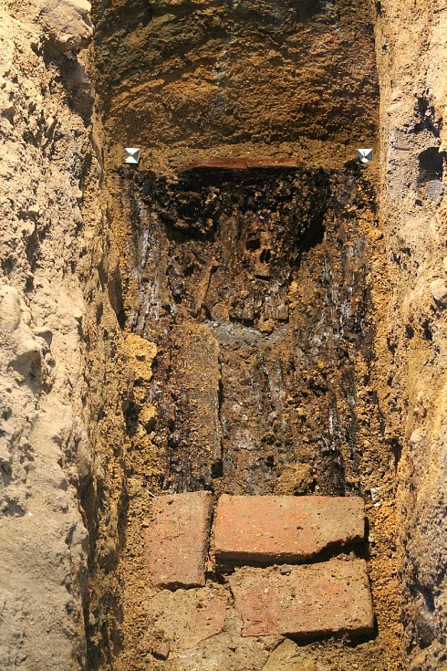 Dvojice archeologů odhalila také hrob faráře Josefa Partnera, který byl v kapli svatého Judy Tadeáše ve Štítarech pohřbený v roce 1713. Foto: Deník/Klára Mrázová