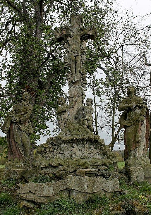 Sousoší Kalvárie nedaleko kaple a zámku v Chotiměři.