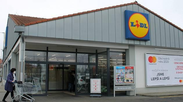 Lidé  ze Staňkova byli zvyklé nakupovat v supermarketech v nedalekém Holýšově. Kvůli omezení pohybu mezi okresy od pondělí ale nemohou.
