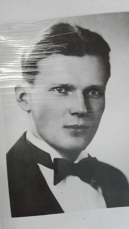 Během studií na kladenské průmyslové škole zastřelil vrchního strážmistra německé pořádkové policie Wilhelma Kniesta.