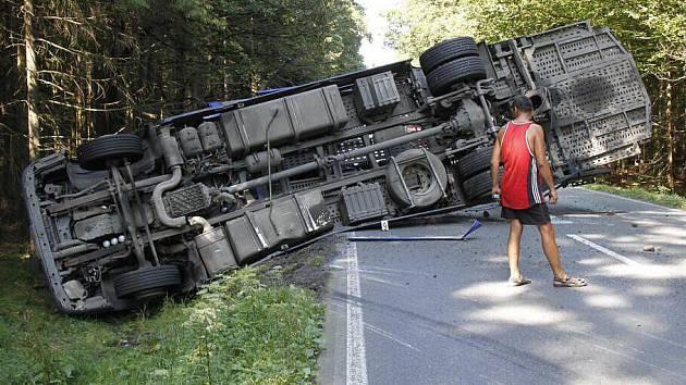 Dopravní nehoda kamionu mezi obcemi Babylon a Česká Kubice.