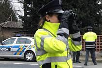 POLICEJNÍ KONTROLY. Hlídky je možné vidět na silnicích častěji než dříve. Přesto na to řada řidičů nedbá. Ilustrační foto.