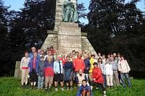 Na Výhledech u Baara. Účastníci EXODU již tradičně navštěvují pomník kněze a spisovatele Jindřicha Śimona Baara, jehož jméno nese domažlické gymnázium.