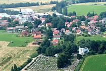 Přeshraniční pěší pouť tradičně začíná na klenečském hřbitově (v popředí snímku) u hrobu spisovatele J. Š. Baara.