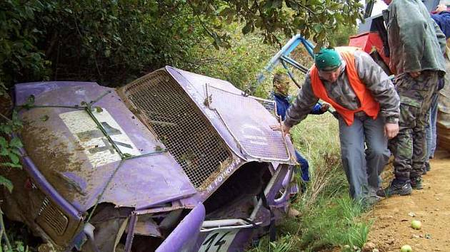 Hrozivě vypadající havárie upraveného trabantu se naštěstí obešla bez jakékoliv újmy na zdraví. Vyproštění rozbitého vozu ale nebylo jednoduché