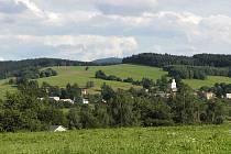 POHLED NA NEMANICE, V POZADÍ ČERCHOV. Přibližně v místech, kde jsme při fotografování stáli, mohl vyrůst solární park, který by vyráběl ekologicky elektřinu.