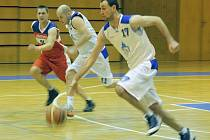 Brejk domažlických basketbalistů v utkání s Thermií Karlovy Vary. Na snímku Jakub Jiřinec a vzadu Erik Eisman.