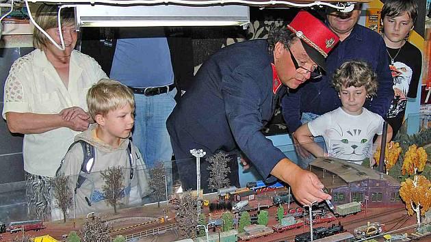 JAROSLAV ŠIMÁČEK. Právě pomocí injekční stříkačky připravuje modely lokomotiv, aby při jízdě důvěryhodně kouřily.