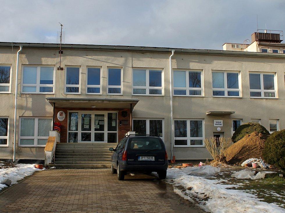 Už od loňského podzimu opravují řemeslníci školu v Hostouni. Hotovo budou mít v dubnu.