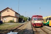 Lokálky mezi Poběžovicemi (tamní nádraží na snímku) a Bělou nad Radbuzou nahradí autobusy.
