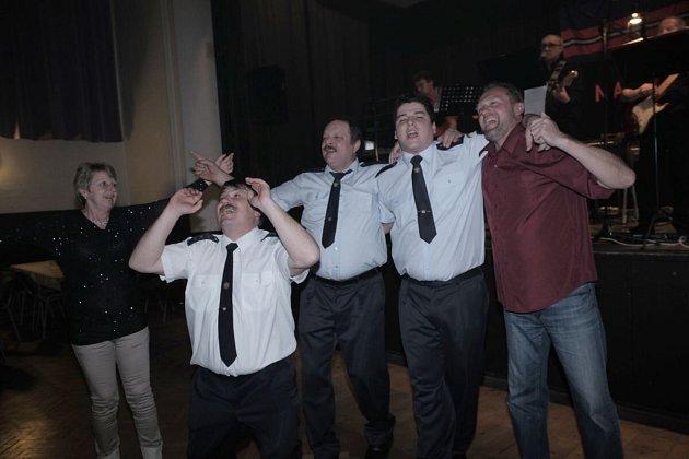 BĚLŠTÍ HASIČI v čele s velitelem Michalem Lukáškem (vlevo) se skvěle bavili celý večer.