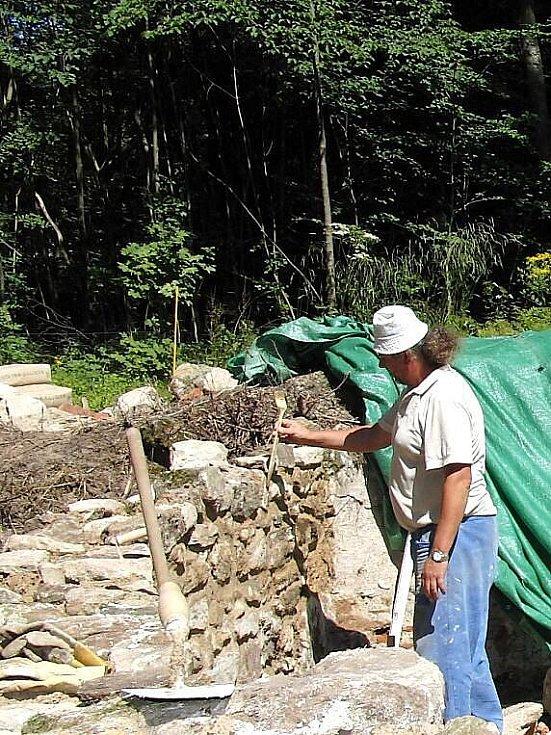 V místě zaniklé obce Lučina. zedníci se snažili trochu dostavět zdi, které po zbořeném kostelu sv. Jiří zbyly.