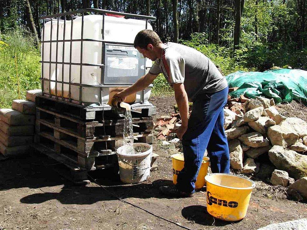 V místě zaniklé obce Lučina. Díky nemanickým hasičům měli zedníci dostatek vody.