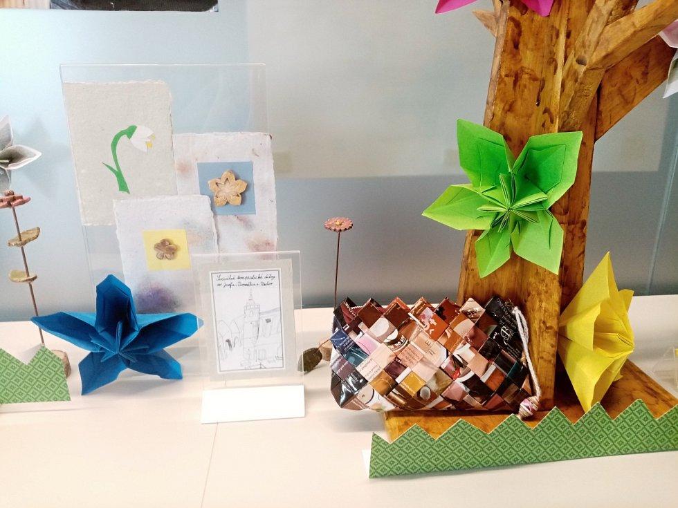 Klienti sociálně-terapeutických dílen připravili výstavu výrobků z papíru.