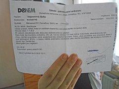 Matka Kristýna Freiová ukazuje lékařskou zprávu.