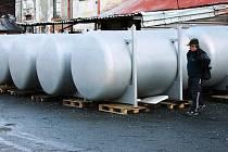 Čtrnáct ležáckých tanků se nyní instaluje do nově upravených sklepních prosto