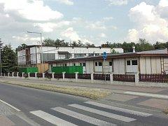 Sportovní halu v Horšovském Týně obklopuje lešení.
