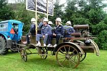 Členové SDH Nový Kramolín takto vyjeli se starou stříkačkou na oslavy ke kolegům do Vlkanova. Jejich předchůdci ji zapřáhli za koně, oni si však museli vystačit s traktorem.
