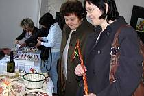 VAJÍČKA JIM ZPŘÍJEMNÍ VELIKONOCE V PRAZE. Vajíčka z dílny trhanovské mistryně lidové umělecké výroby Jiřiny Lacinové si (v pozadí zleva) zakoupily Dita Seredi a Zuzana Vaněčková. Výstavu si nenechala ujít Hana Pelikánová z Klenčí (druhá zprava).