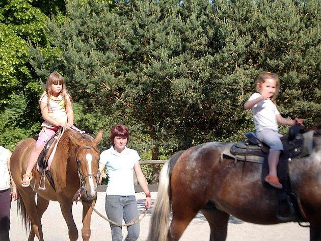 Tradičně se ve Svržně při Country show děti svezou na koních.