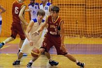 Domažlický Jakub Tauer se v utkání s lídrem II. ligy z Písku chystá obrat hostujícího Daniela Hejdu o míč.