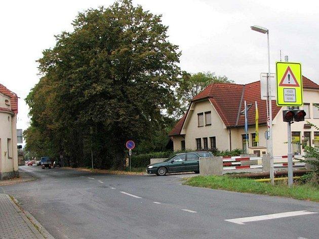 Křižovatka Břetislavovy a Havlíčkovy ulice. Auta vyjíždějící od hasičské zbrojnice na hlavní má zastavit hranice křižovatky a nápis Stop.