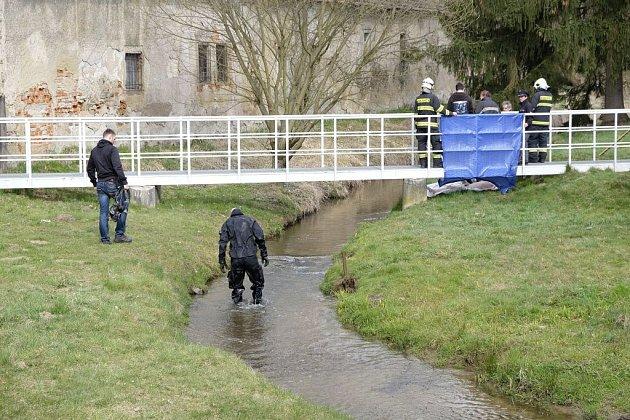 Kriminalisté a hasiči na místě bělské tragédie.