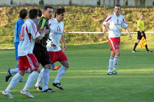 HLEDÁNÍ STŘELCE. Na snímku z utkání s FK Horažďovice jeden z nejlepších střelců FK Holýšov, gólman Karel Míčka.